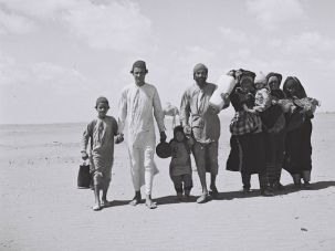 A yemenite family walking through the desert to a camp near Aden, Yemen, in 1949. (Photo by Zoltan Kluger/Wikimedia Commons)